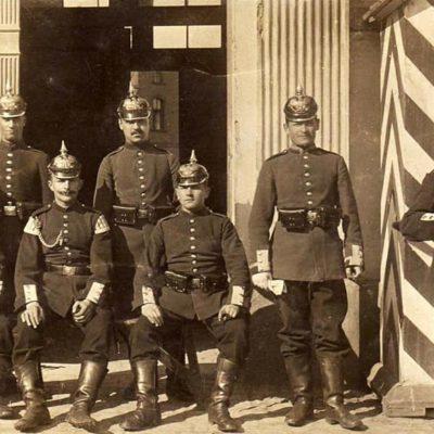 Wojska stacjonujące na starych fotografiach
