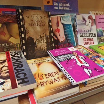 Dla urozmaicenia czasu naszym gościom we współpracy z Miejską Biblioteką Publiczną przygotowaliśmy KĄCIK CZYTELNICZY