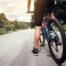Jazda na rowerach asfaltową drogą